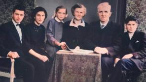 Rodina Ludmily Hermanové  tři dny před jejich zatčením v roce 1958. Kvůli ukrytí agenta americké zpravodajské služby byla vězněna Ludmila (druhá zleva), osmnáctiletý bratr Josef (první zleva) i oba rodiče. Zdroj: Paměť národa