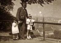 Pamětnice s otcem a bratrem na výletě v Praze