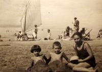 Pamětnice s bratrem a matkou u moře v srpnu 1939