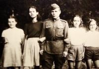 Květen 1945, Radka Křivánková (druhá zleva) společně s vojákem Rudé armády