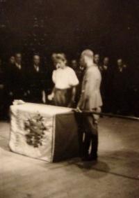 Sokolský rituál, křest nového praporu. Na fotografii Radka Křivánková poklepává na prapor k uctění památky svého otce