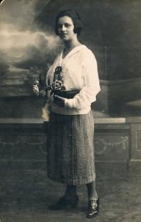 Her mom Marie Holá