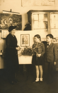 The witness with a flower at Jiří Wolker's school with the mother of Jiří Wolker, 1951 (5th grade)