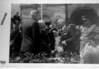 První poválečné dny v Písku. Před píseckou radnicí se s představiteli města a vojáky zdraví tehdejší prezident Edvard Beneš