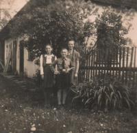 Matys siblings - Herta, Kurt and Anna in Hynčice nad Moravou in 1941