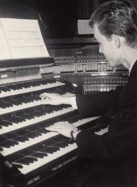 František Kunetka hraje na koncertě laureátů mladých varhaníků v září 1968 v chrámu svatého Mořice v Olomouci