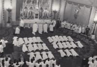 František Kunetka na kněžském svěcení v katedrále svatého Václava v Olomouci, 22. 6. 1974