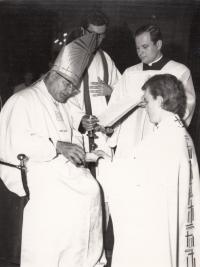 František Kunetka přijímá kněžské svěcení v katedrále svatého Václava v Olomouci z rukou biskupa Josefa Vrany, 22. 6. 1974