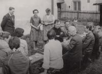 S pěveckým sborem z Velké Bystřice vedeným páterem Josefem Olejníkem v Karlovci, cca 1986