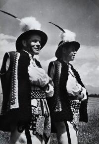 Jiří Langer / putování 1957 / muži v gorolských krojích na pohlednici ze Suché Hory / Slovensko