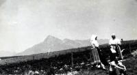 Jiří Langer / putování 1957 / ženy v krojích ve Východné pod Vysokými Tatrami / Slovensko