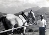 Jiří Langer / putování 1957 / Jano Železník s koněm na senoseči v Zuberci / Slovensko
