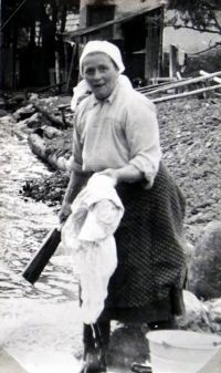 Jiří Langer / putování 1957 / obyvatelka Zuberce paní Štefuláková pere prádlo / Slovensko