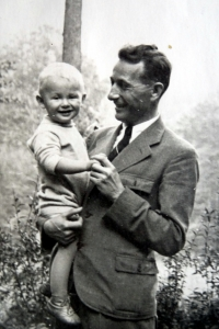 Jiří Langer as a child with his father Jaroslav in Adamov in 1936