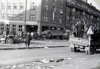"""Jiří Langer / konec války / rozebraná barikáda """"u kulaťáku"""" v Dejvicích / Praha / květen 1945"""