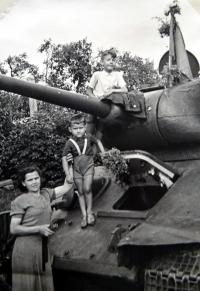 Jiří Langer / konec války / na sovětském tanku / Praha / květen 1945