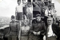 Jiří Langer / konec války / na sovětském tanku / Jiří Langer šedé kraťasy / Praha / květen 1945