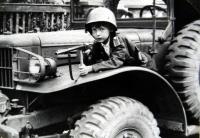 Jiří Langer / konec války / na automobilu amerického důstojníka. kterým byl Čech z Hanspaulky / Praha / červen 1945