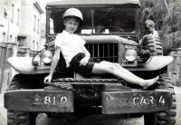Jiří Langer / konec války / na automobilu amerického důstojníka, kterým byl Čech z Hanspaulky / Praha / červen 1945