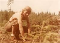 Věra Náhlíková na trampské brigádě sázení stromků na Vysočině (květen 1984)