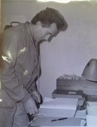 Pamětník při práci v Naftě v Hodoníně, blíže nedatováno