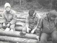 Na disidentské lesní brigádě v Horní Blatné: Robert Frouz, Petr Náhlík, Renata Balašová; Věra Náhlíková jako fotograf (květen 1989)