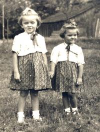 Ludmila se sestrou (vlevo)