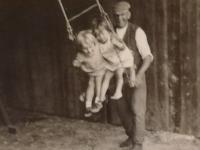 Sestry s dědečkem