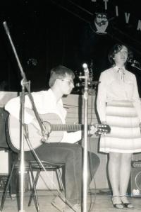 Marek Šlechta při hudebním vystoupení v Praze, rok 1982.