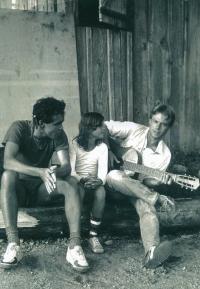 Marek Šlechta (vlevo) se sestrou a kamarádem v Nízkých Tatrách, rok 1987.