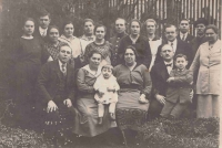 Rodiny Somerových a Löwy se zaměstnanci pálenice v Napajedlech, Somerovi vlevo, Löwy vpravo