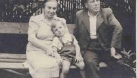 Rodiče pamětnice s vnukem