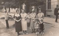 Napajedla, 30. léta, zleva: švadlena, vychovatelka a Kamila Löwe, děti: Petr Löwy a Věra Nádeníčková