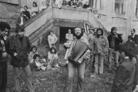 Versnisáž výstavy 9&9 v klášteře Plasy, harmonikář Jim Čert, 1981