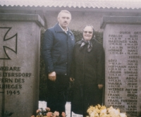 Horst Wanka with Julia Wanka, wife of Josef Wanka; on the tombstone the name of Josef Wanka