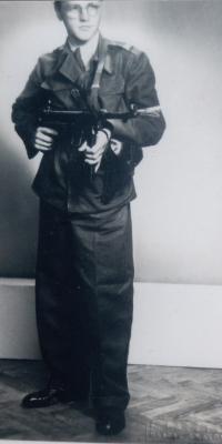 Václav Čeřovský 1945 v Československé uniformě se samopalem po návratu ze SNP
