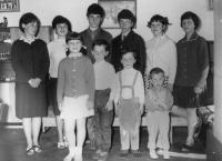 Evžen Adámek na fotografii druhý nejmladší s dalšími devíti sourozenci