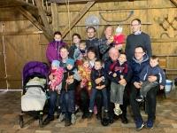 Evžen Adámek na fotografii uprostřed s manželkou Hanou, dětmi a vnoučaty