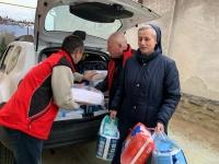 Evžen Adámek na fotografii uprostřed při charitativní pomoci na Ukrajině