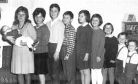 Evžen Adámek na fotografii vpravo s devíti sourozenci
