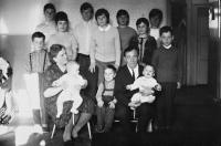 Evžen Adámek na fotografii vlevo s rodiči a všemi jedenácti sourozenci