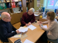 Evžen Adámek na fotografii vlevo při charitativní pomoci na Ukrajině