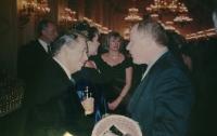 Evžen Adámek s Václavem Havlem při slavnosti předávání Medaile Za zásluhy otci Josefu Adámkovi v roce 1999