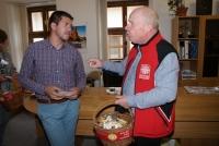 Evžen Adámek vpravo při sbírce Koláč pro hospic Oblastní charity Znojmo