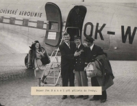 Boxer Joe Baksi and his girlfriend after their arrival to Prague in 1946, with captain Irving and the second pilot after they got off the Dakota aircraft