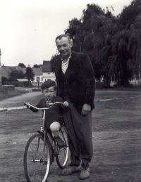On the village square with his son Jan. The difficult times show in dad's looks. The listless thin face says it all.