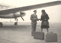 Advising a pretty female traveller. One can see the changes in the airmen's attire. The dark blue uniforms of the after-war period changed into the light blue colour of summer sky and although Jan has only three bars on the sleeves of his jacket (as a first officer, the captain would wear four)