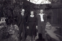 The last known photograph of Jan with his parents before his departure from Czechoslovakia in 1939