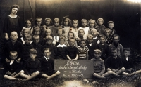 Jan as a child is standing in the back row at the right, wearing a sailor suit.