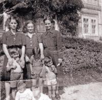 Patra Karadžu (první zleva nahoře) a synovec Stergios Drujas (první zleva uprostřed), zámek Miletín, 1952